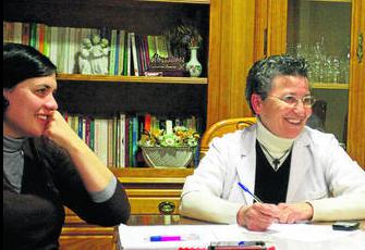 Sor Magdalena, a la derecha de la imagen, ayer en el Hogar Marillac. Foto: Europa Sur.