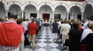 Los peregrinos durante la misa celebrada ayer en el claustro de Santo Domingo. :: FRANCIS JIMÉNEZ