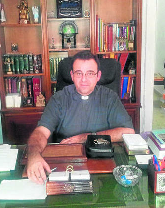 El sacerdote David Gutiérrez, en su despacho de la parroquia de Santa Teresa, en Ceuta