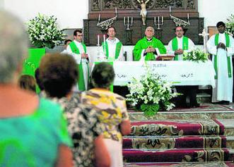imagen de la misa concelebrada presidida por el obispo Rafael Zorzonosa, ayer en la parroquia de Los Ángeles.