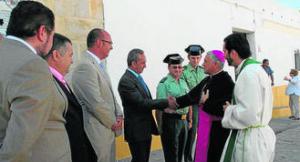 El obispo de Cádiz saludando ayer a las autoridades. Foto: EUROPA SUR