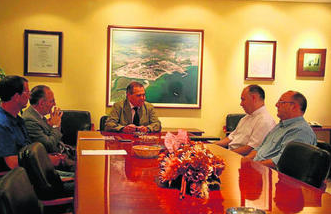Imagen del encuentro entre José Luis Masi, José Manuel Roldán y representantes de Cáritas.