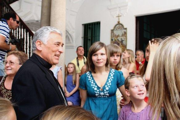 D. Rafael saludando a los niños bielorrusos en el Obispado