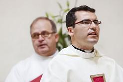 Padre Carlos Ruiz, en primer plano