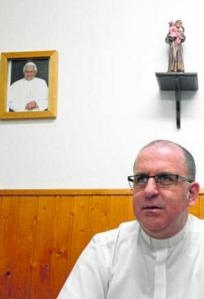 El párroco de San Antonio, Rafael Moreno Ruiz, en su despacho. Foto: Europa Sur