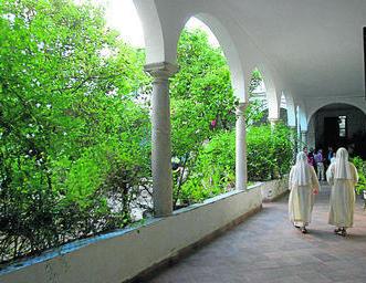 Hermanas concepcionistas pasean en el interior del monasterio que precisa una renovación. Foto: Diario de Cádiz
