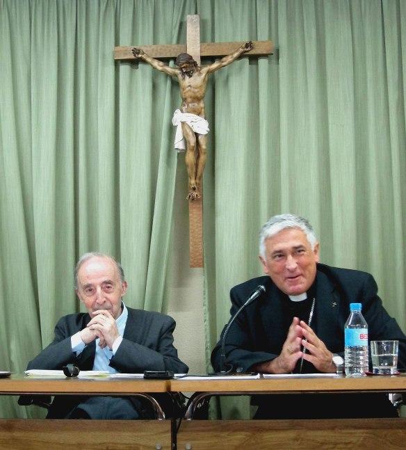 Mons. Zornoza, miembro de la Comisión Episcopal de Seminarios y Universidades, junto al ponente D. Juan Esquerda Bifet