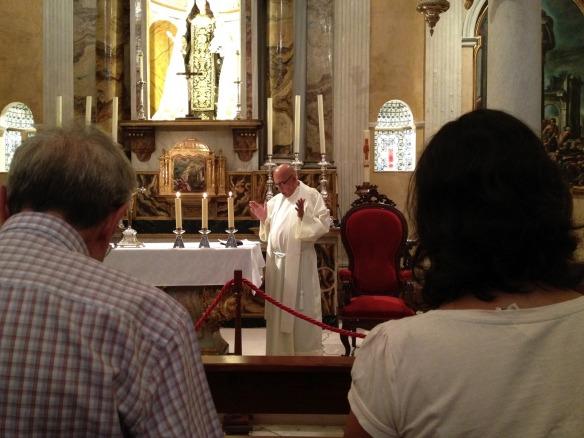El padre Aquiles durante la oración en la capilla del Hospitalito