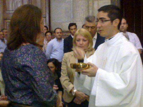 El nuevo diácono, Manuel Gómez, dando la Comunión en la Catedral de Cádiz
