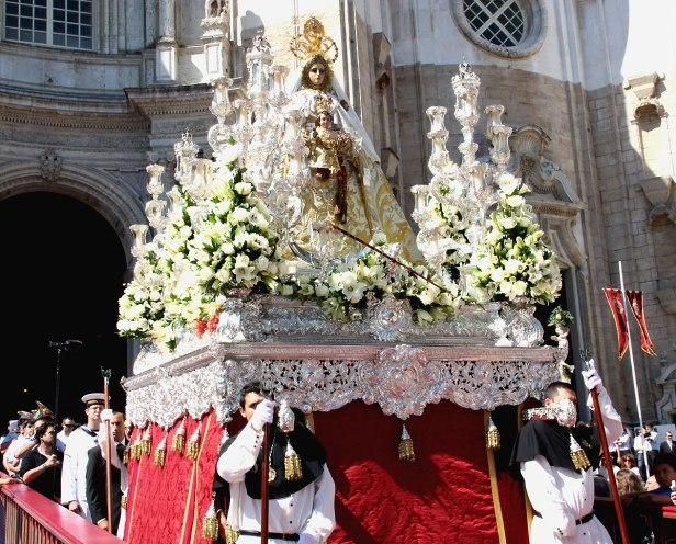 Nta. Sra. del Rosario, patrona de la ciudad de Cádiz, en su paso por la Catedral
