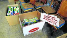 Una de las entregas de alimentos realizadas por la hermandad del Nazareno a Cáritas Parroquiales, hace escasas fechas. Foto: Diario de Cádiz.