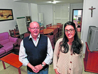 El presidente de Cáritas La Línea, José Luis Mérida, y la directora del centro, Begoña Arana, ayer en las instalaciones de Hogar Betania. Foto: Europa Sur