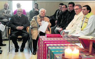 El homenajeado junto a su esposa Carmen durante la celebración eucarística. Foto: Diario de Cádiz.