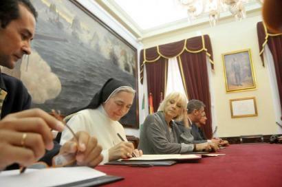 Sor María Luz, durante la firma del convenio con el Consistorio. Ayuntamiento de Cádiz