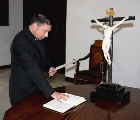 El padre Caburrasi en el momento del juramento