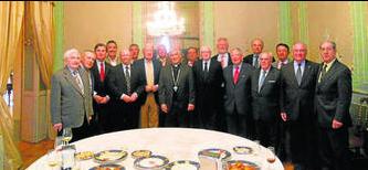 Foto de familia de los participantes en la tertulia que tuvo lugar en el Casino Gaditano.