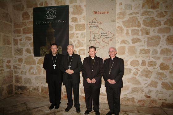 En la imagen aparece Antonio Ceballos -segundo por la derecha- junto los que han sido sus sucesores como Obispo Civitatense, durante los actos de celebración en noviembre de 2011 de los 850 años de la Diócesis de Ciudad Rodrigo.