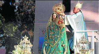 El obispo, Rafael Zornoza, impone la corona a la patrona de Tarifa.