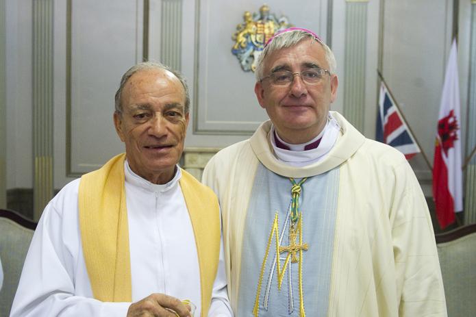 El actual obispo de Gibraltar, Ralph Heskett, junto al arcipreste de La Línea, Juan Valenzuela. Foto: La Línea Digital.