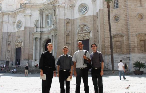 Los cuatro futuros sacerdotes en la plaza de la Catedral de Cádiz