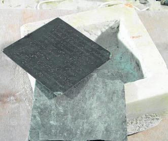 Imagen de la primera piedra del Retablo de los Genoveses (en mármol) con su tapa de pizarra y la placa de cobre. Foto: Diario de Cádiz