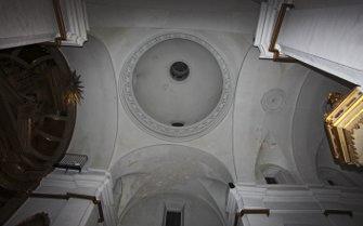 Imagen de la bóveda de la iglesia de San Antonio, sobre la que hay que actuar para resolver el problema de las cubiertas. / jesús Marín