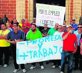 Imagen de archivo de una protesta de parados a las puertas de la Iglesia Mayor Parroquial. Foto Diario de Cádiz