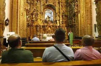Fuente: Diario de Cádiz- Un grupo de fieles asiste a uno de los cultos que se celebran en la iglesia de La Pastora, que cerrará al culto en las próximas semanas. /Joaquín Pino