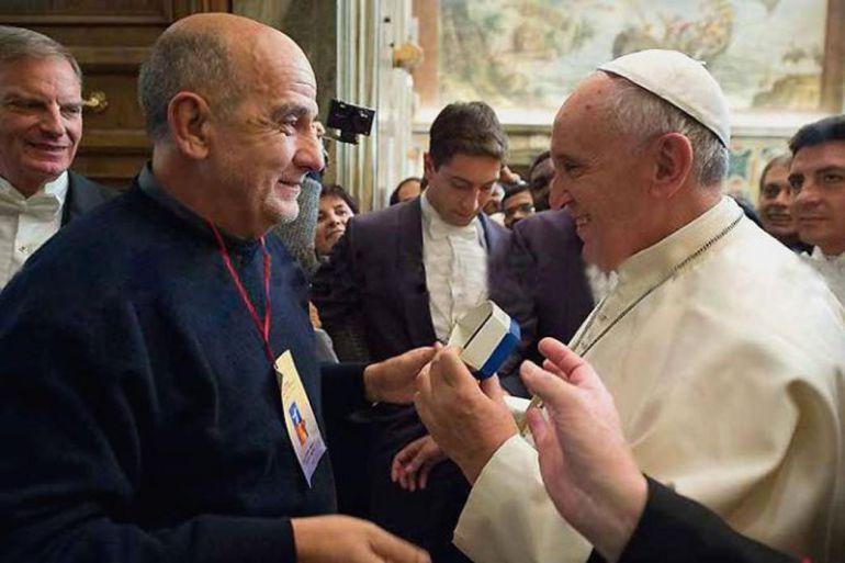 "El padre Gabriel entrega la ""patera"" al papa Francisco"