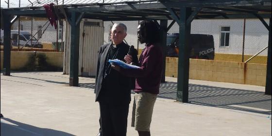 el-representante-de-los-inmigrantes-se-dirige-al-obispo_560x280