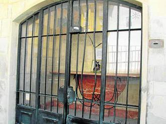 Exterior de la capilla en la que se produjo el robo, tras forzar la reja. Foto: Diario de Cádiz