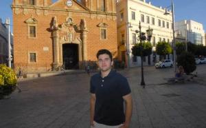 Foto: Diario de Cádiz. Alex Salinas, de 21 años, frente a la Iglesia Mayor de La Isla. /Rioja
