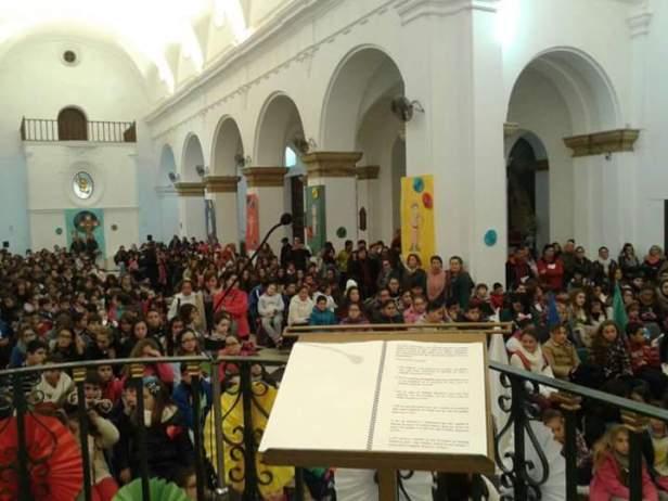 Foto del interior de la parroquia de Los Barrios durante la pasada Infancia Misionera 2015