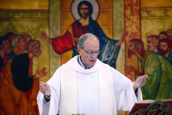 El padre Juan Valenzuela durante una Misa