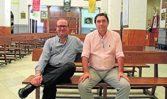 Carlos Pérez (izquierda) y José Manuel Fernández, en un banco de la parroquia de la Inmaculada. Foto: Europa Sur