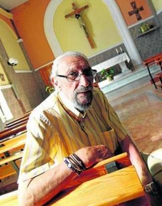 El padre Andrés Avelino sentado en uno de los bancos de la iglesia de Pescadores. Foto: Europa Sur